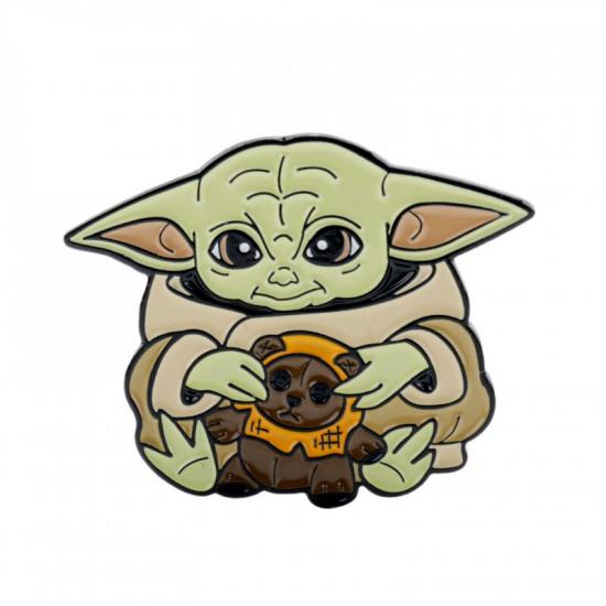 Brož Baby Yoda s medvídkem(The Mandalorian)